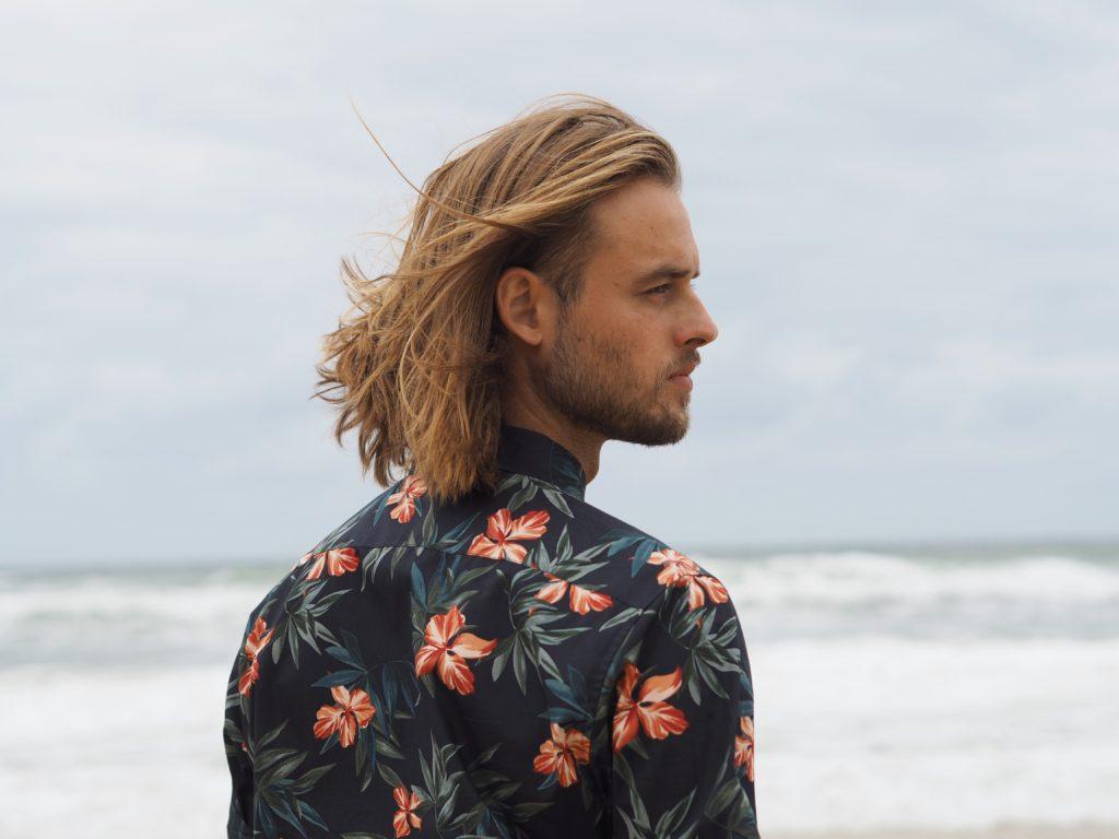 Portrétní focení Adama na pláži v košili Connor, Surfers Paradise, Gold Coast, 2020.