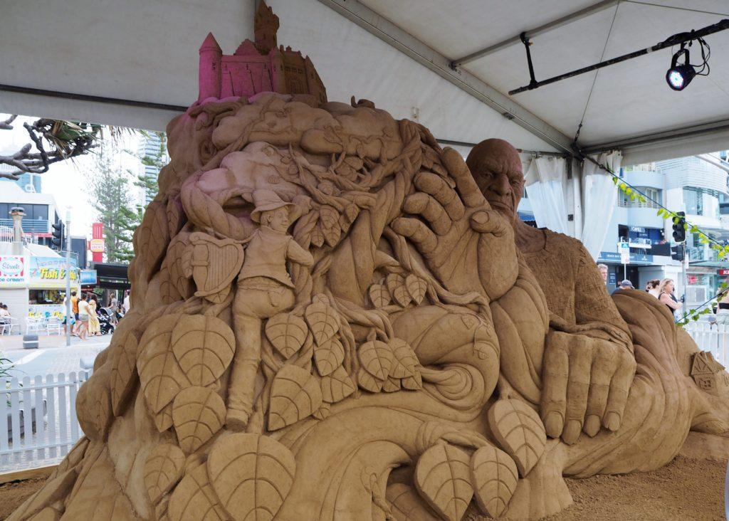 Socha z písku k pohádce O kouzelné fazoli. Sand Safari Arts Festival, Surfers Paradise, Gold Coast, 2020