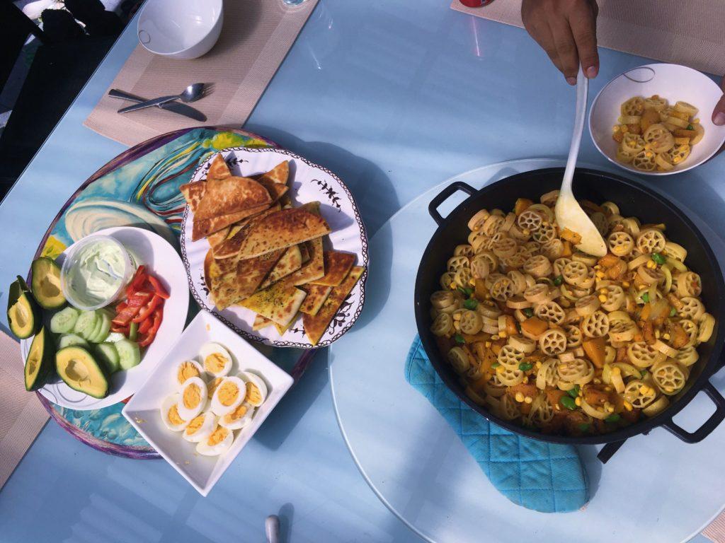 Nedělní hostina ve Worongary, Gold Coast, 2020.