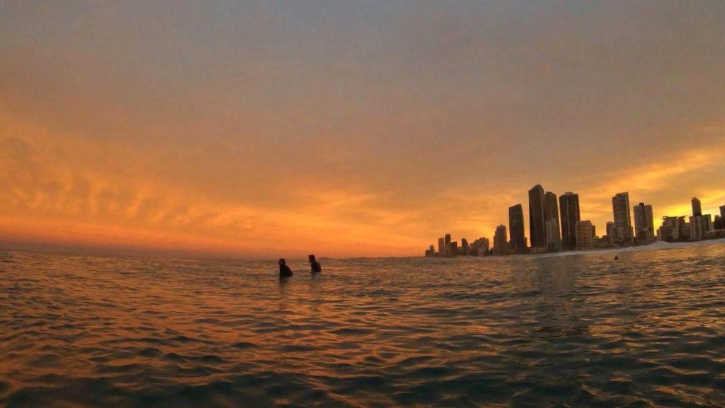 Západ Slunce při Surfování na Surfers Paradise, Gold Coast, 2020