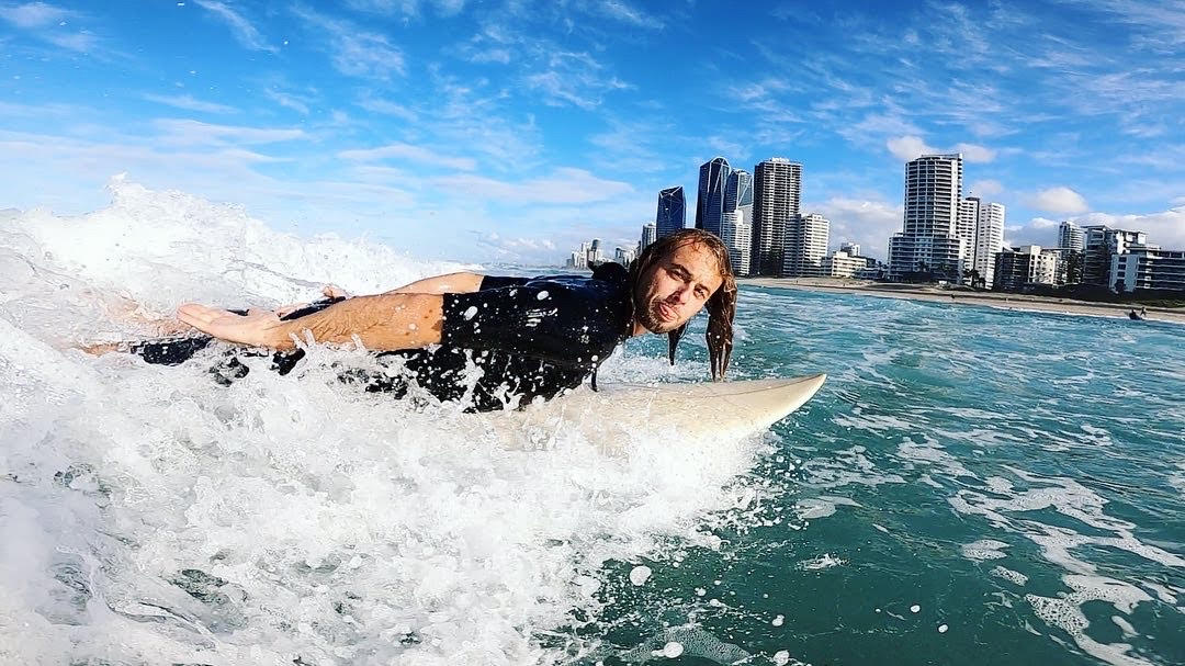 Adam surrfuje na Surfers Paradise